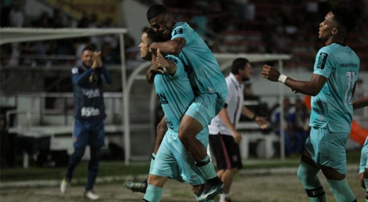 Com o empate, o Santa Cruz assume, momentaneamente, a liderança do Grupo A. Foto: Divulgação