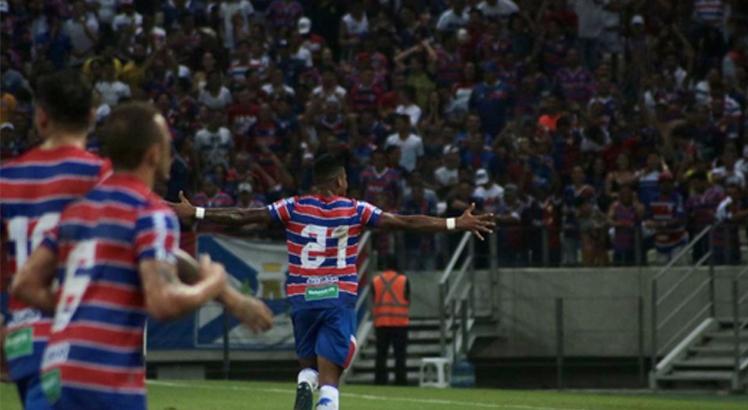 O atacante Júnior Santos foi o dono da noite em Fortaleza. Foto: Leonardo Moreira/Divulgação/Fortaleza