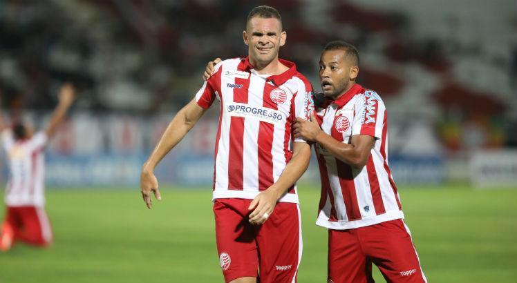Lelê e Wallace Pernambucano com a camisa do Náutico, clube que defenderam juntos. (Foto: JC Imagem)
